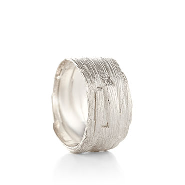 Large ring in silver with wood structure