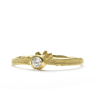 Fine rough ring in yellow gold