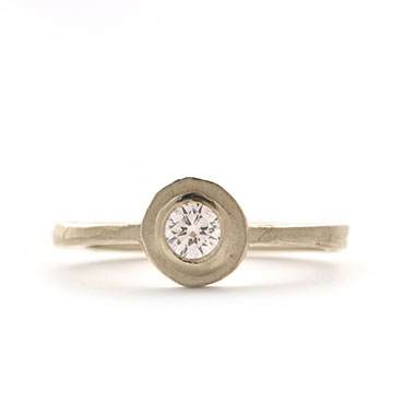 Engagement ring with brilliant and round setting