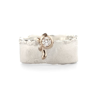 Silver ring with detail in gold and diamond