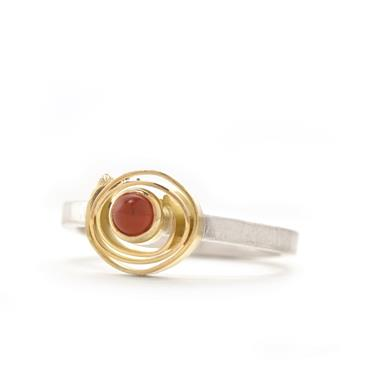 Ring in silver with coral in yellow gold
