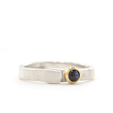 Ring in silver with sapphire in yellow gold