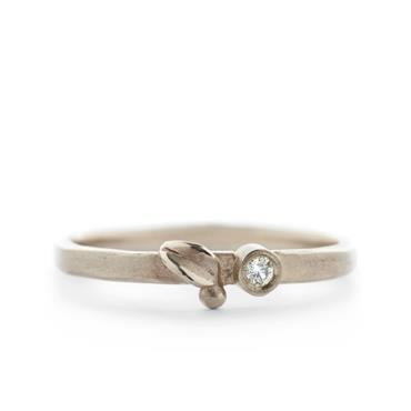 thin ring in white gold with little leaf